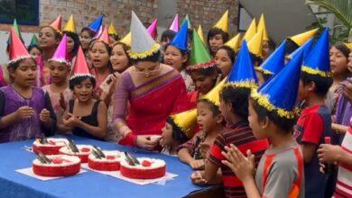 Photo of জন্মদিনে সুবিধাবঞ্চিত শিশুদের সঙ্গে পরীমনির আনন্দ
